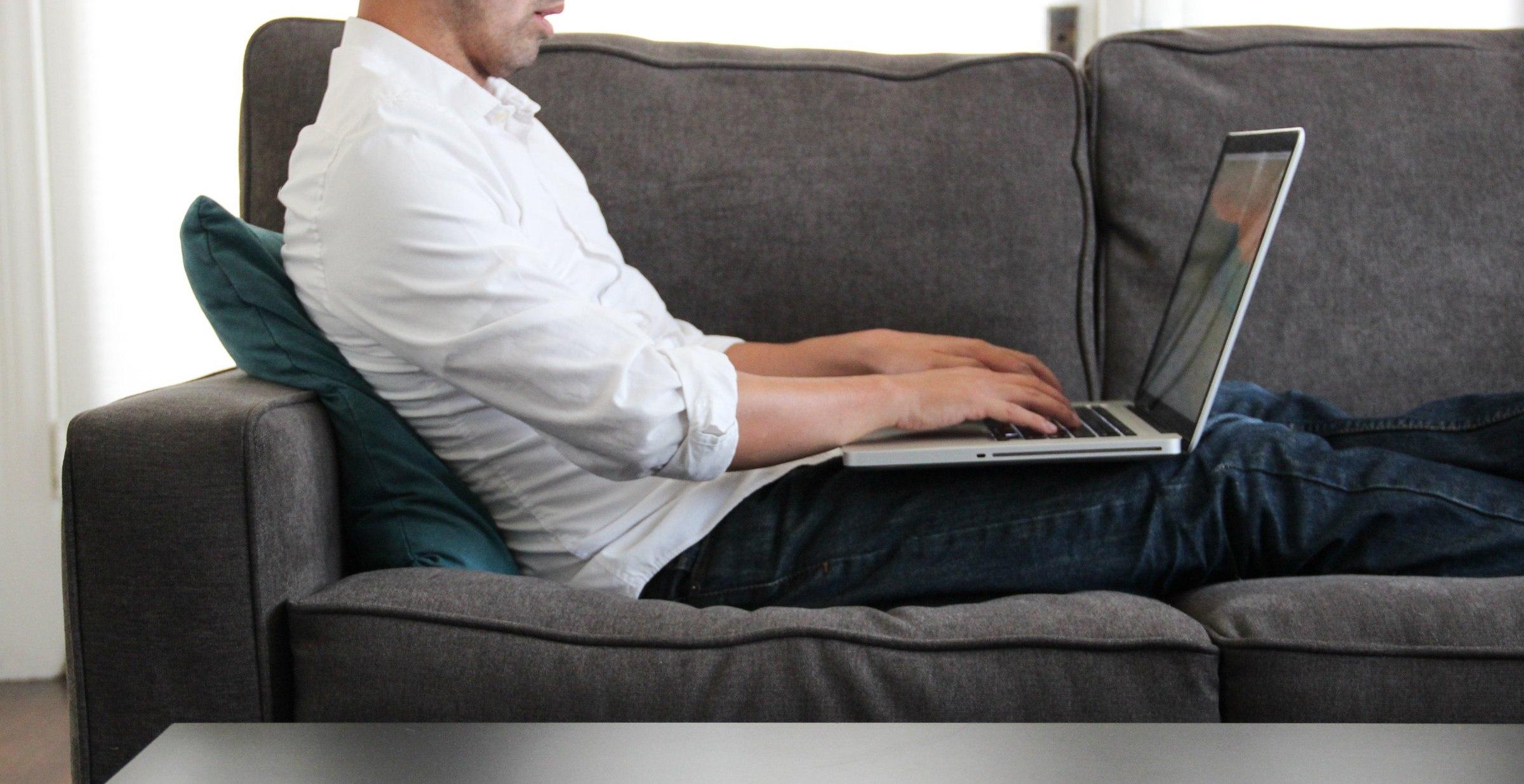 Używanie laptopa na kanapie